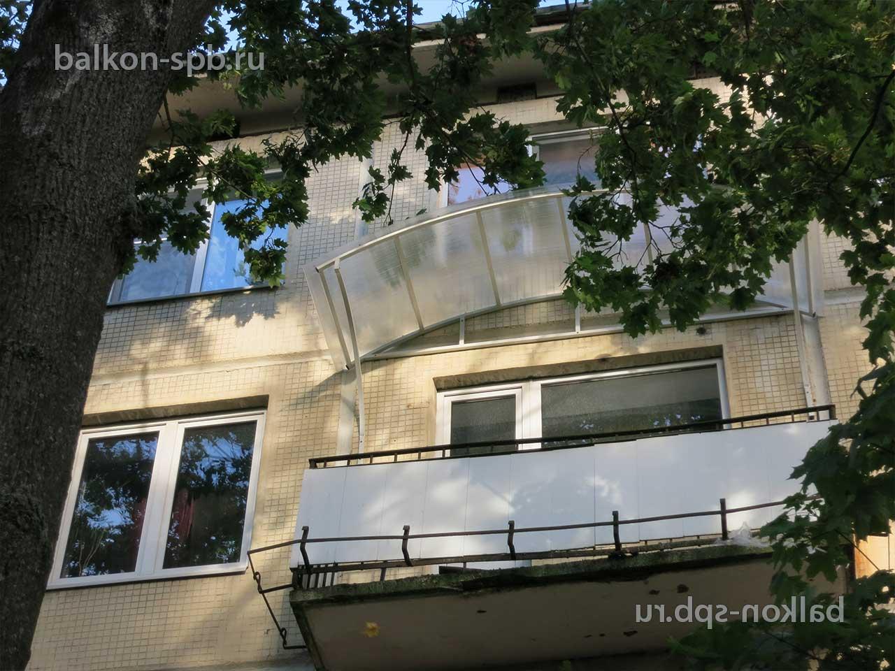Установка прозрачного козырька из поликарбоната на балконе в.