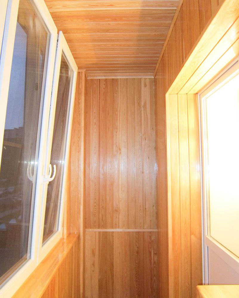 Отделка балконов и лоджии деревянной вагонкой.