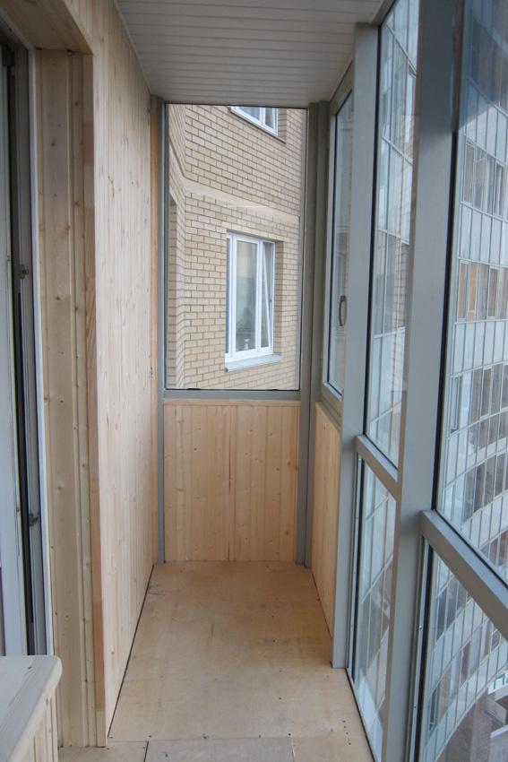 Отделка балконов и лоджий вагонкой 13 фото.